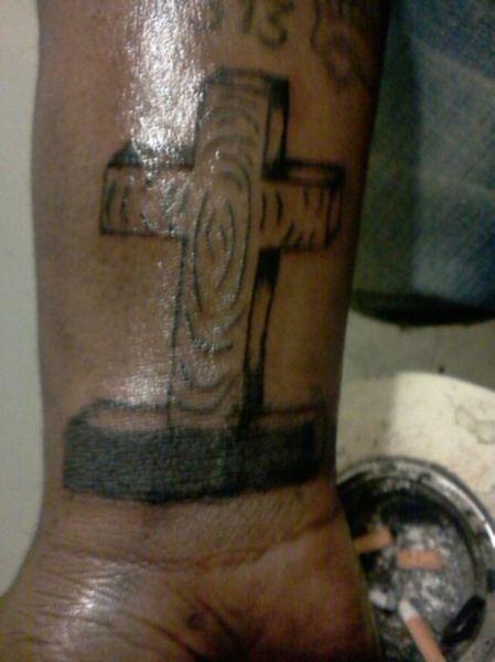 krzyż na nadgarstku