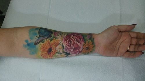 kolorowe kwiaty na przedramieniu