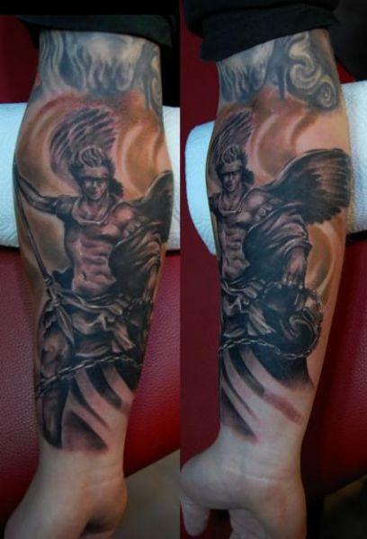 tatuaż anioł na przedramieniu