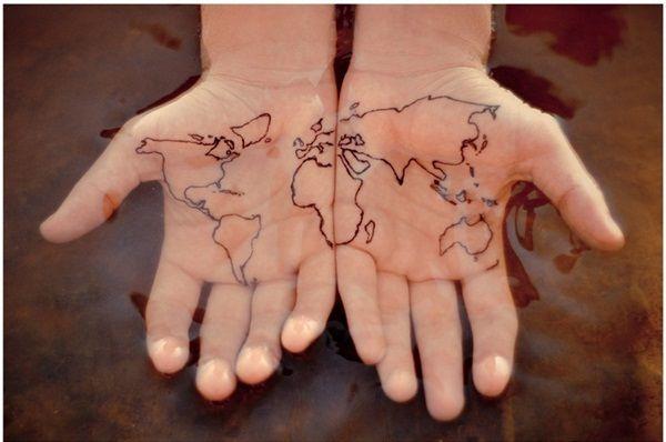 Tatuaż Mapa świata Na Dłoniach
