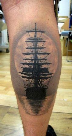 tatuaż statek na łydce