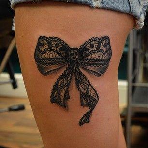 tatuaż kokarda na udzie