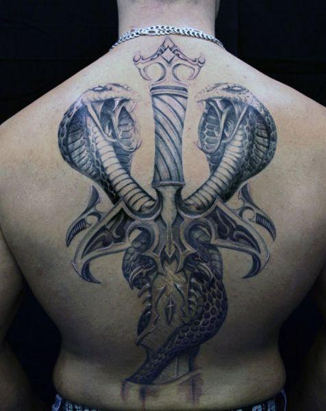 tatuaże męskie kobra na plecach