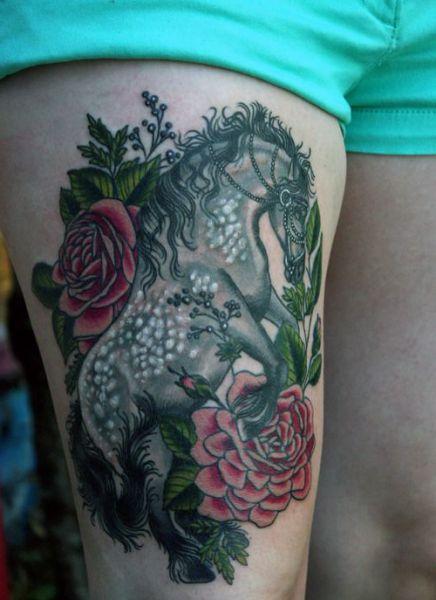 tatuaże na udzie koń