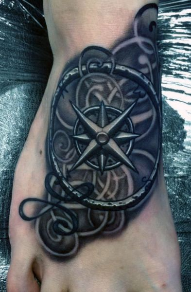 tatuaże na stopie kompas