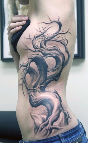 tatuaże damskie drzewo na boku