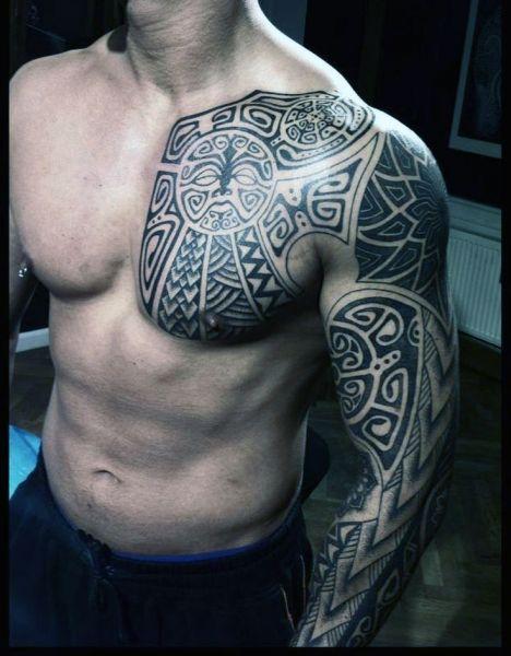 tatuaże męskie na piersi i ramie