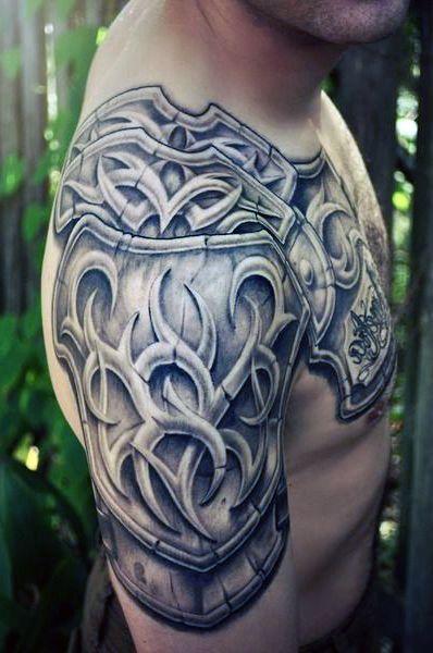 tatuaże męskie zbroja na ramie