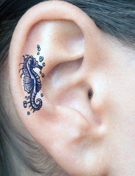 tatuaże na uchu konik morski