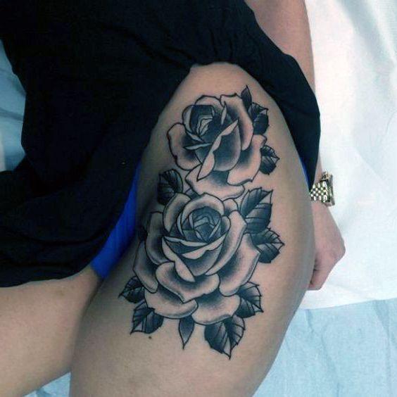 tatuaże damskie piękne róże na biodrze