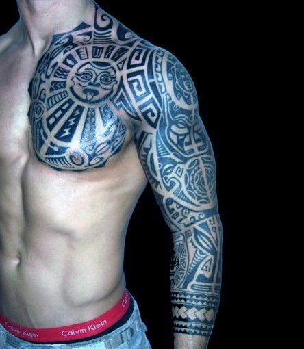 męski tatuaż na ramie i pierś