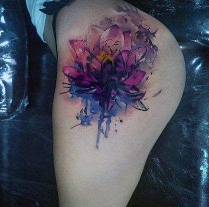tatuaże damskie kwiat na biodrze