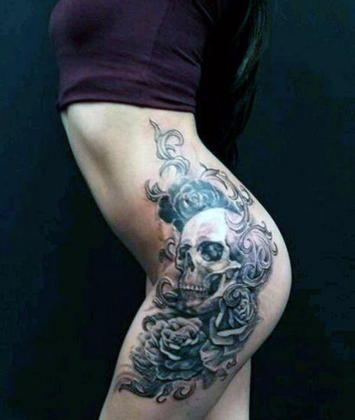 tatuaże damskie na biodrze czaszka