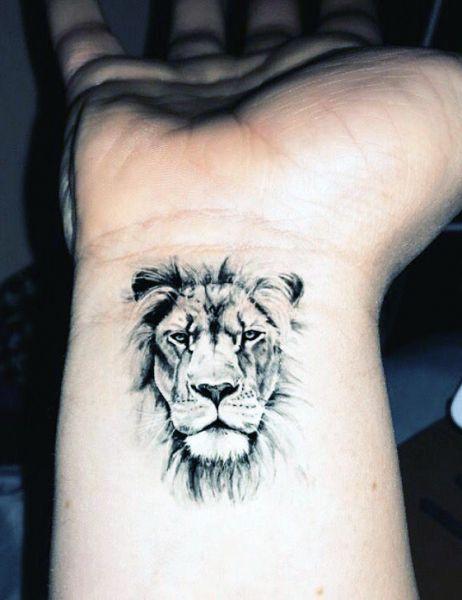 tatuaże zwierząt lew na nadgarstku
