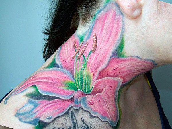 tatuaże damskie lilia na szyi