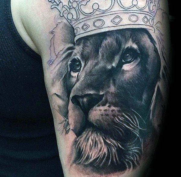 tatuaże 3d lew w koronie