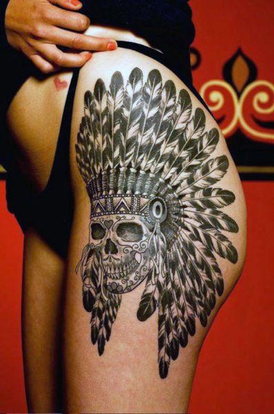 tatuaże na biodrze indiańska czaszka