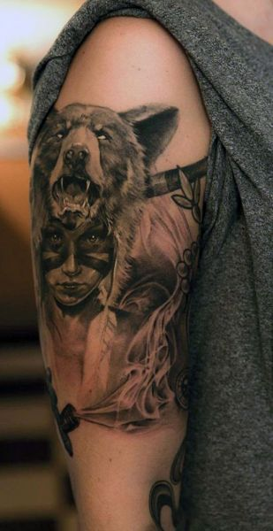 tatuaż kobieta z niedźwiedziem na głowie