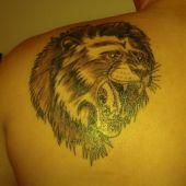 głowa lwa na plecach