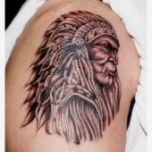 tatuaż indianina na ramieniu
