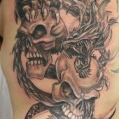tatuaż smok i czaszki