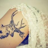 tatuaż na udzie jeleń