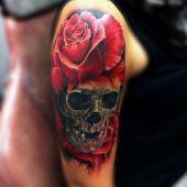 czerwona róża i czaszka