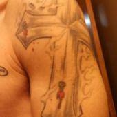 krzyż na ramieniu