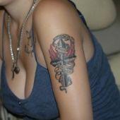 krzyż na kobiece ramie