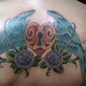 tatuaż na plecach serce i skrzydła