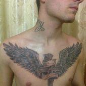 tatuaż krzyż i skrzydła na piersi