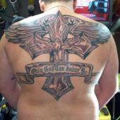 tatuaż duży krzyż i skrzydła na plecach