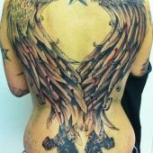tatuaż duże skrzydła na plecach
