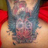 tatuaż skrzydła w koronie na karku