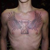 tatuaż skrzydła i klepsydra