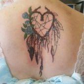 tatuaż łapacz snów i serce na plecach