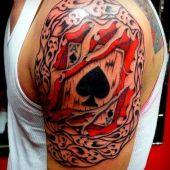 tatuaż z kartą na ramieniu