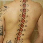 tatuaż 3d na kobiecych plecach