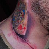 tatuaż karta 3d na szyji