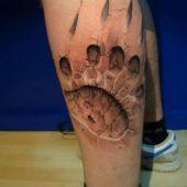 tatuaż szpon 3d na łydce