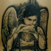 tatuaż aniołka z gołąbkiem