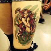 tatuaż na udzie syrenka