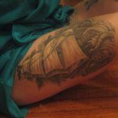 tatuaż żaglowiec na udzie