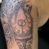 tatuaż zegar na ramieniu