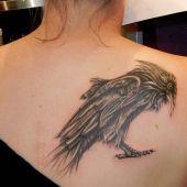 tatuaż kruk na plecach