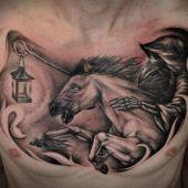 niesamowity tatuaż na piersi