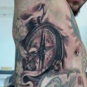 tatuaż kompas na boku