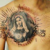 tatuaż Matka Boska na piersi