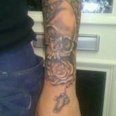 tatuaż czaszka z różą
