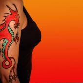 czerwony smok na kobiece ramie